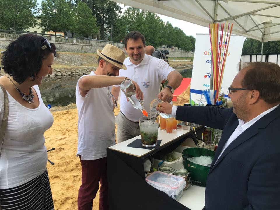 Při oficiálním otevírání pláže se sešli primátor Ostravy Tomáš Macura, hejtman MS kraje Miroslav Novák a náměstek primátora Martin Štěpánek. Společně si tady umíchali mojito