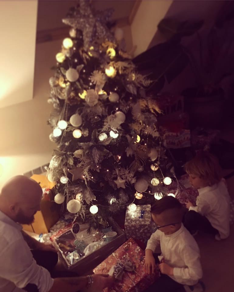 """Vánoce Simona tráví se svými třemi """"chlapy"""". Manželem Karlem a syny Brunem a Maxem"""