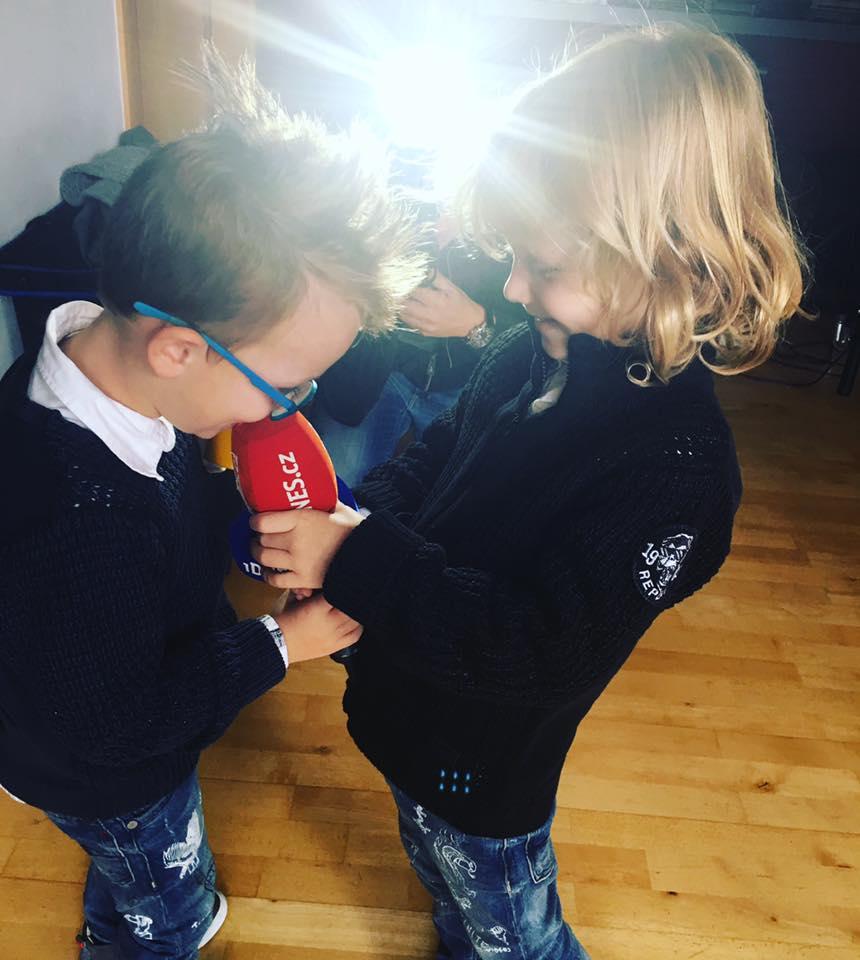 Synové Maxík a Bruno jsou rošťáci, kteří se ale rádi chodí mazlit k mámě  (Foto: Facebook Simona Krainová)