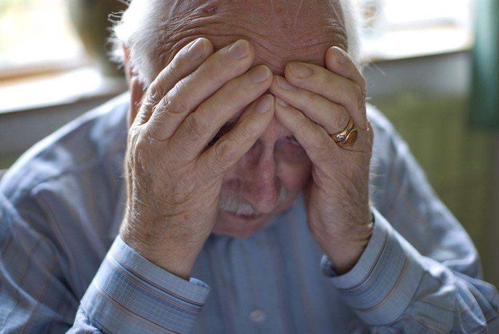 Pro některé je téměř nemožné bez pomoci rodiny vyžít pouze z důchodu. Problém nastává zejména u seniorů, kteří zůstanou sami.