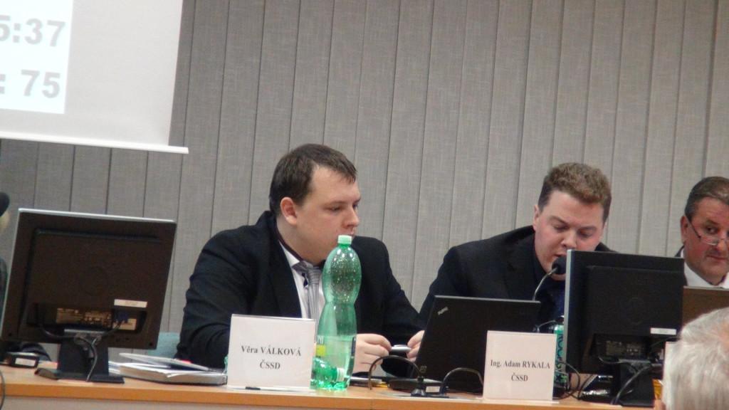 Stalo se už běžné, že se radní Rostislav Hřivňák nechá vyprovokovat občany či zastupiteli, zbarví se do ruda a poté svými výroky baví celé zastupitelstvo
