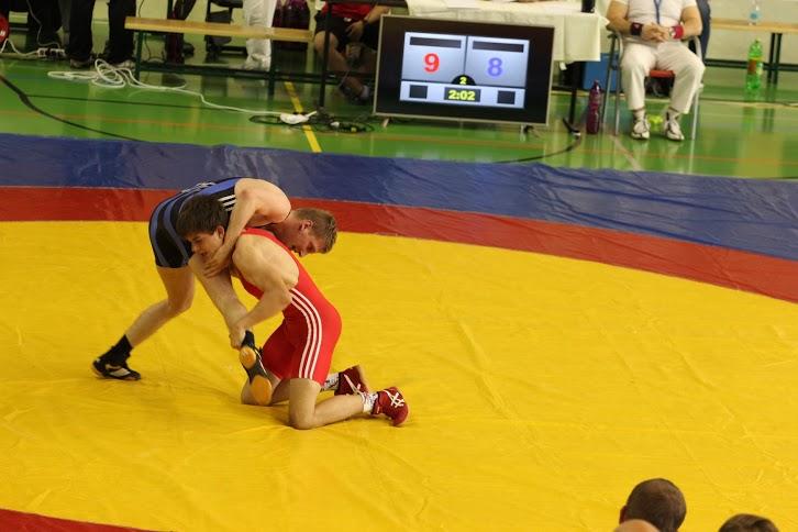 Na rozdíl od stylu řecko-římského může zápasník ve volném stylu útočit na jakoukoliv část soupeřova těla