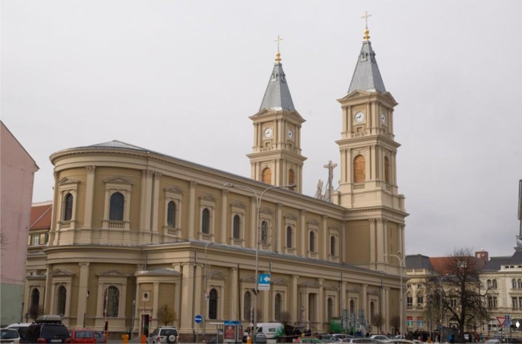 Katedrála po náročné rekonstrukci, kdy získala novou střechu, okna i barvu