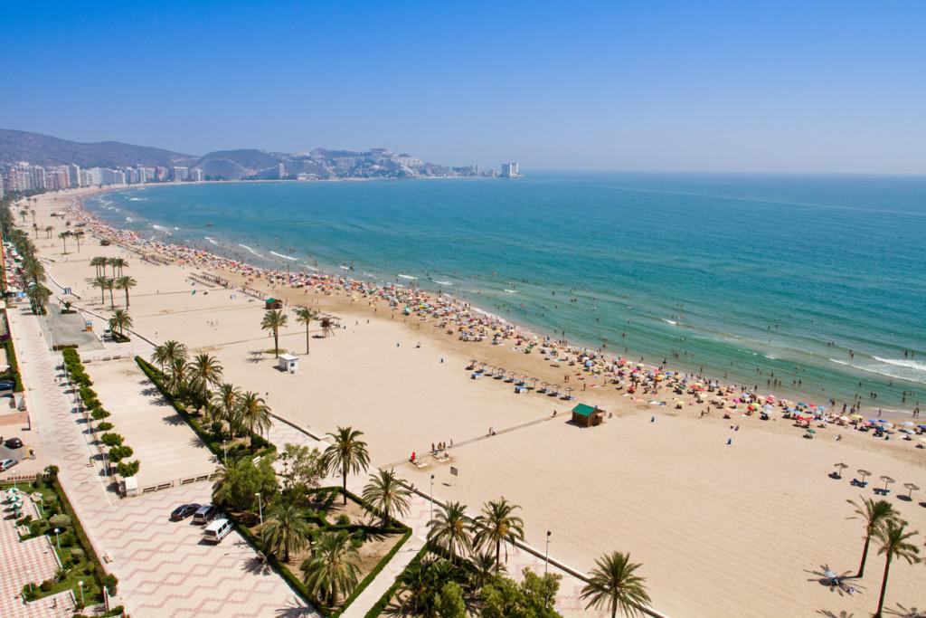 Na okraji města najdete nádherné široké písčité pláže