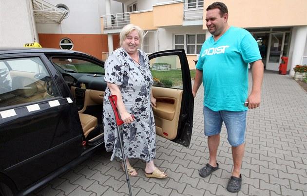 Taxíky pomáhají starším osobám dostat se k lékaři nebo například na úřady